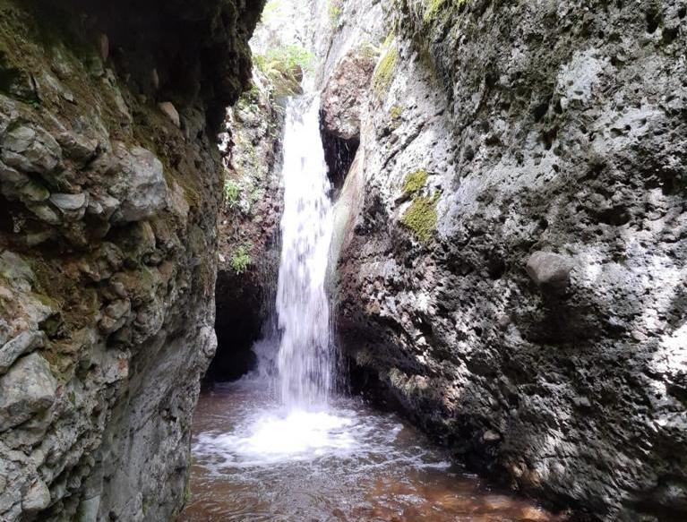 Cascada en Matute con el agua cayendo