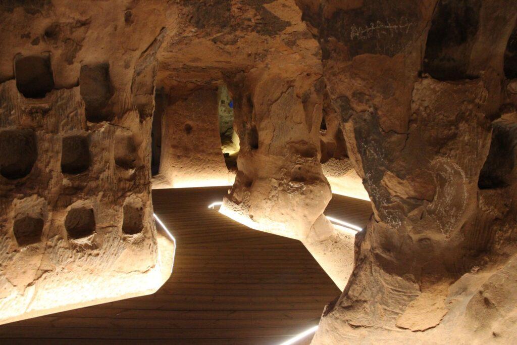 Recorrido por la cueva de los Cien Pilares